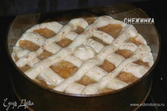 Смазываем пирог. Чем же смазать пирог в пост? Чаще всего для этого используют крепкий сладкий чай, получится яркий матовый цвет. Можно еще растительным маслом, подогретым с сахаром или сладкой водичкой. Присыпаем корицей. Ставим пирог в духовку и выпекаем около 25-30 минут до подрумянивания.