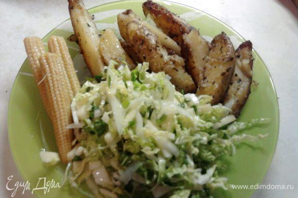 Пока порезали салатик, картошка поджарилась. Можно кушать=) Приятного аппетита!!!