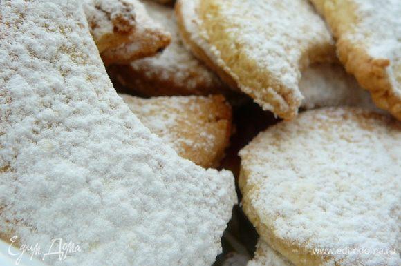 Полумесяцы выложить на противень застеленный пергаментом.Затем в духовой шкаф,выпекать в заранее разогретом до 160гр.примерно минут 15.Затем еще горячее печенье посыпать сахарной пудрой смешанной с половиной пакетика ванильного сахара.