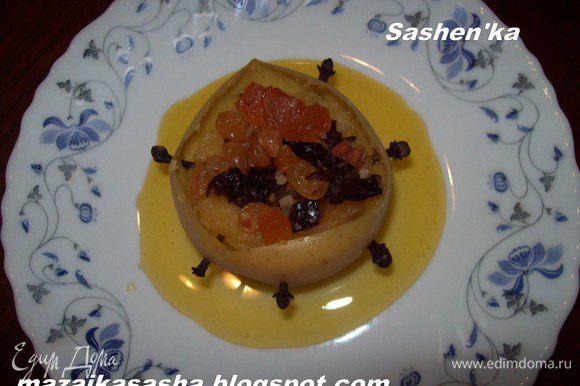 Яблоки охладить. Налейте на тарелку не много меда и аккуратно высадите на середину яблоко.)