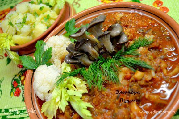 Овощи хорошо потушились,сроднились,рагу имеет отличны вид,аромат восхитителен,остаётся положить рагу в тарелку,украсить немного цельными обжаренными грибочками,соцветием капусты,зеленью,