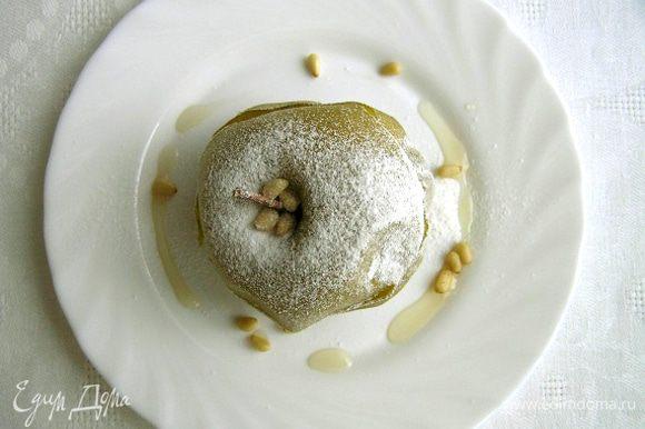 Перед подачей посыпать сахарной пудрой и орешками.