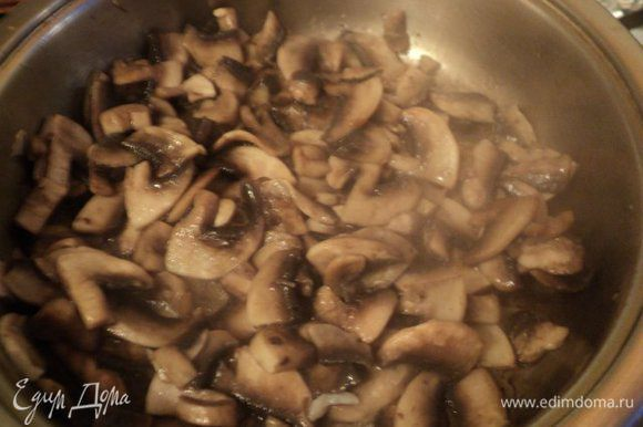 Для гарнира: шампиньоны порезать пластинками, поджарить на растительном масле до выпаривания жидкости и золотистого цвета, , добавить порезанный четверть кольцами лук. Загустить грибы 1 ст.ложкой муки, разведенной в 100гр. холодного фасолевого отвара ( овощного бульона или воды).
