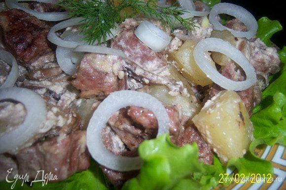 перед подачей лук нарезать тонкими кольцами, зелень мелко нарубить и положить сверху готового блюда. Приятного аппетита!