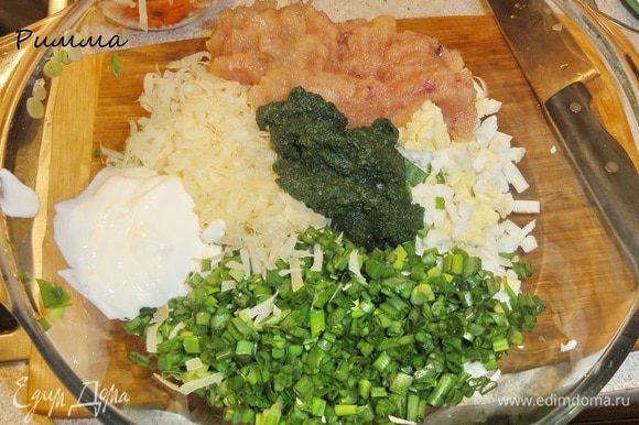 Для начинки яйца порежьте мелкими кубиками, порубите зеленый лук и зелень укропа, сыр натрите на крупной терке. Если у вас шпинат свежий, то порубите его и немного обжарьте на растительном масле. У меня шпинат был замороженный и уже измельченный. Все ингредиенты смешайте.