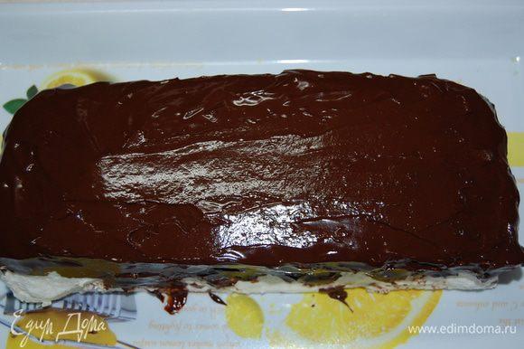 Немного остывшей глазурью полить торт. И снова отправляем торт в холодильник!