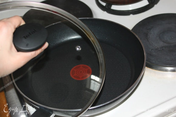В разогретую сковороду наливаем бульон. Добавляем лук, перец, оливковое масло. Тушим 5 минут. Добавляем кусочки сельди и ещё некоторое время тушим под крышкой.