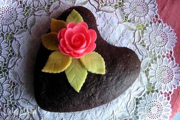 Украсить по желанию. У меня листики из марципана http://www.edimdoma.ru/recipes/33961 и готовый вафельный цветок. Приятного аппетита! :)