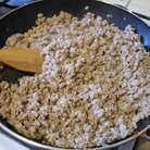 Обжарить фарш, на небольшом количестве оливкового масла. Разбить лопаткой, как для макарон по-флотски, на маленькие крупинки.