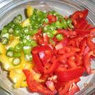 Налить в кастрюлю воды, поставить на огонь. Всыпать фарш. Дать покипеть совсем чуть чуть, ведь мы его обжаривали. Добавить кукурузу и фасоль, предварительно слив жидкость. Затем соль, томатную пасту.