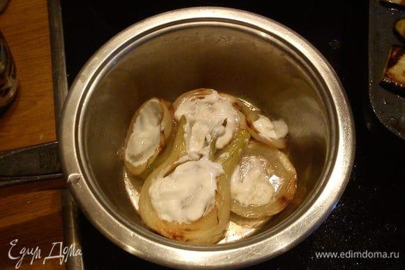 Фенхель режем на 4 части, укладываем в простую сковородку, обжариваем до золотистой корочки с 2 сторон, затем обильно поливаем лимоном, солим, кладем сверху сметанку, выливаем белое вино или овощной бульон, накрываем крышкой и тушим минут 20. По тотовности фенхель выкладываем последним слоем, обильно посыпаем зеленью ( укроп, петрушки, базилик). Готово! Приятного аппетита!!