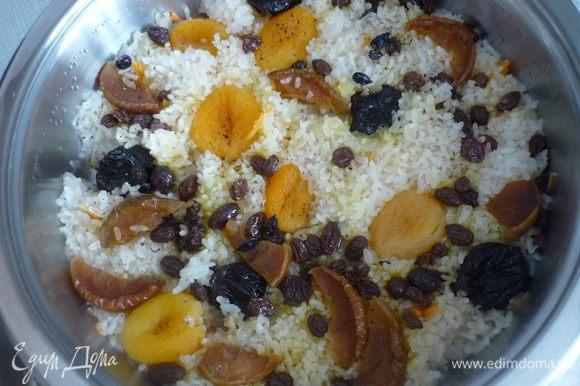 Закрыть крышкой и готовить на самом медленном огне 30 минут. После этого добавить в плов специи - барбарис, имбирь и размолотый чёрный перец горошком.
