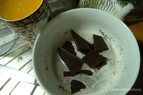 Готовим крем. Крем у меня на молоке, только маковом. Подробнее здесь http://www.edimdoma.ru/recipes/18826. Только маковый жмых я не отцедила и у меня экспресс вариант. Мак промыла. Дала стечь. Залила водой (50 мл). Взбила погружным блендером. Поломала туда шоколад и отправила в микроволновку на минуту. Перемешала.