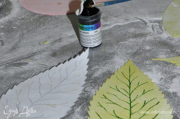Вырезать листики придать им желаемую форму и оставить сохнуть.