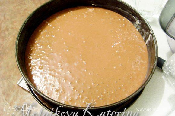 Смазать форму для запекания сливочным маслом (можно выстелить пекарской бумагой, если Вам так удобнее), выложить тесто. Отправить выпекаться в духовку на 40-45 минут при 160 градусах.