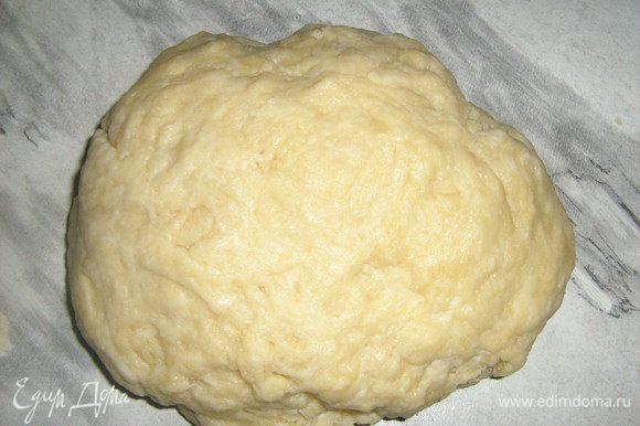 Муку просеять, добавить масло, воду,смешанную с лимонной кислотой, соль. Замесить тесто. Поставить в холодильник на полчаса.