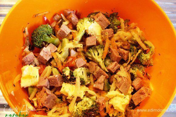 В дозе для СВЧ соединить все овощи и мясо. Посолить, добавить специи и воду. Всё хорошо перемешать. Уплотнить. Сливочное масло положить сверху.