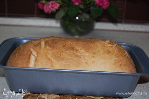 Духовку разогреть до 200°С. Выпекать хлеб 20-25 минут до золотистой корочки.