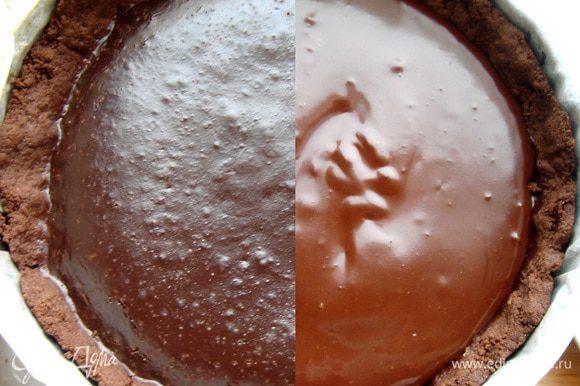 Для ганаша нагреть сливки,залить ими кусочки шоколада.Размешивать до растворения шоколада.Залить торт ганашем.Украсить колотыми фисташками,убрать в холодильник на пару часов.За 20-30 минут до подачи вынуть торт из холодильника.Приятного чаепития!