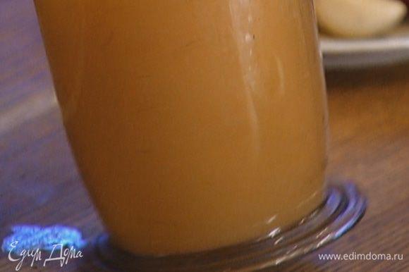 Белки и яйца посолить, поперчить и слегка взбить миксером в однородную массу (старайтесь не перебить белки, плотная пена в этом омлете не нужна).