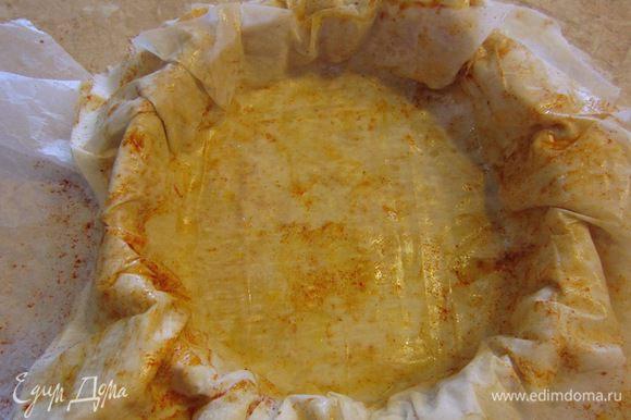 Теперь возьмите подходящую сковороду, чтобы ее можно было потом поместить в духовку (с металлической ручкой). Аккуратно перетащите бумагу вместе с тестом и уложите тесто с бумагой так, чтобы полностью застелить дно.