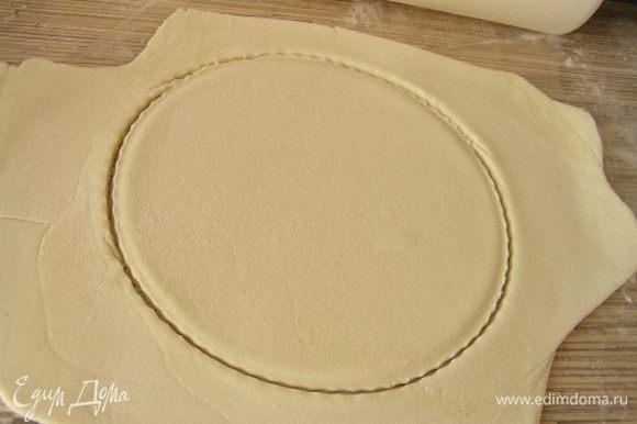 раскатать тесто, вырезать маленькие круги,