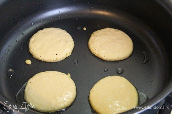 Выпекать Оладушки на разогретой сковородке. Оладушки на сковородку выкладывать/выливать столовой ложкой. После того, как оладушки поджарятся с одной стороны, перевернуть их на другую сторону. Не забывайте добавлять масла периодически.