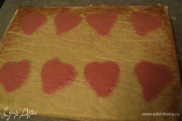 Готовый бисквит перевернуть на чистый лист бумаги для выпечки, присыпанный сахарной пудрой, остудить. Разрезать на две полосы необходимого размера.