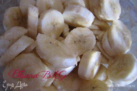 Бананы нарезать, сбрызнуть лимонным соком. В вареную сгущенку добавить молоко, перемешать, чтобы сгущенка стала не такой густой. Залить бананы получившейся массой. Перемешать.