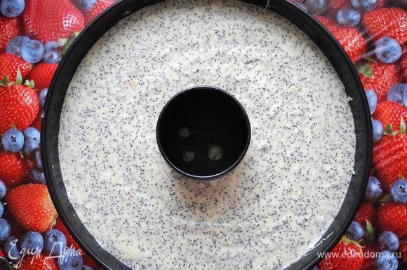 Духовку разогреть до 190 градусов. Форму для кекса смазать сливочным маслом и слегка обсыпать манкой. Перелить тесто в форму.