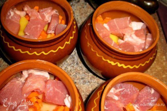 Первый слой картошка,морковка кубиком,мясо..