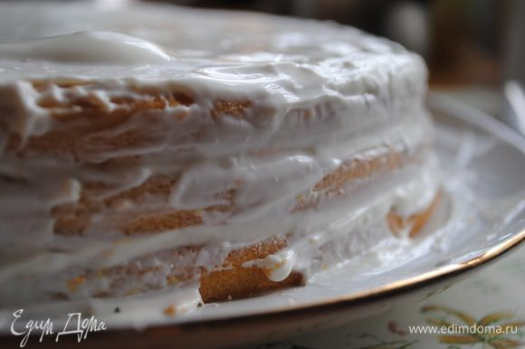 Оставшейся сметаной смазываем края торта.