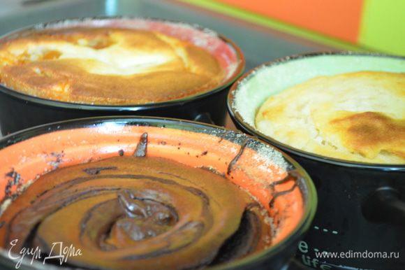 Приготовление: Творог, яйца, сливки, сахар и ванильный сахар взбить в блендере. В массу всыпать манку, разрыхлитель и соль. Разделить на 3 части. Шоколад растопить на водяной бане. Горшочки смазать сливочным маслом и обсыпать манкой. В один горшочек положить творожную массу чередуя с шоколадом, в другой творожную массу чередуя с вареньем и добавить курагу. В третий творожную массу и тертые на крупной терке яблоко и грушу. Горшочки поставить на противень , налить в него воды и убрать в духовку. Выпекать при температуре 200 градусов до золотистой корочки. МИР ВАМ!