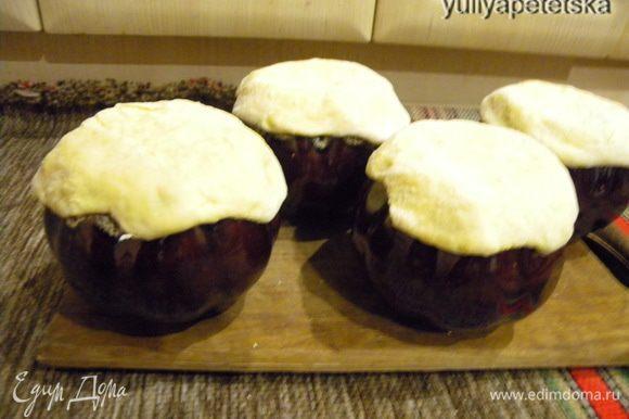 После этого залепить верх чашек лепешки из пресного теста, поставить в печь (духовку) и запекать, пока тесто не подрумянится.