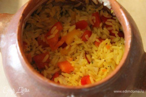 Выложить в горшочки часть риса с овощами.