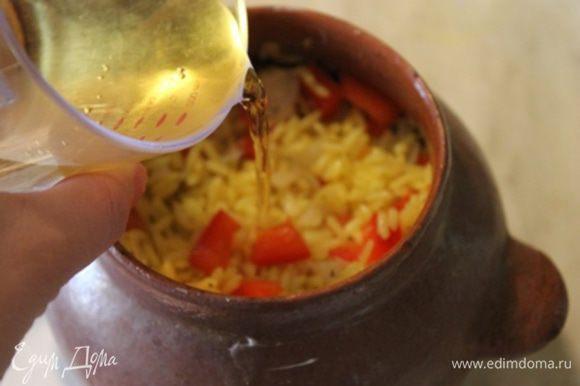Добавляем вино или сок. Можно добавить желтый ароматный бульон от риса. У меня было 2 больших горшочка. В каждый я добавила по 100 гр. вина.