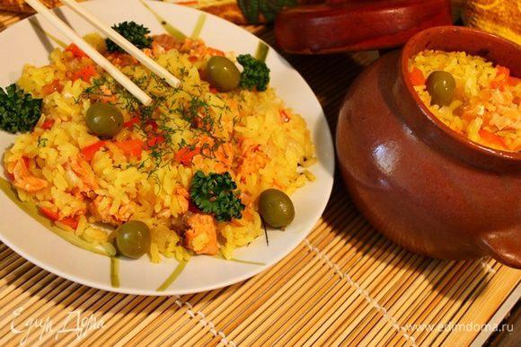 Поставить в разогретую до 200-220 грудусов духовку. Тушить 30-40 минут. Можно подавать в горшочке или на тарелке украсив зеленью и оливками.