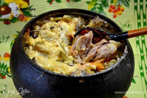 Достаём и заливаем соусом( пол стакана сметаны с на тёртым сыром ,3ст.л.воды).