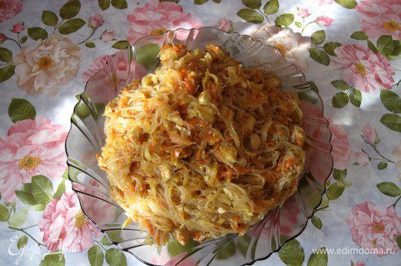 В глубокой миске смешать лапшу и овощи , добавить соевый соус по вкусу. Дать настояться пару часов и можно кушать!!!
