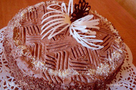 Снять с торта разъемное кольцо, бока торта смазать кремом, обсыпать крошкой ( бисквитной или из измельченного печенья. Украсить по своему вкусу. Я украсила перышками из белого и черного шоколада. Приятного аппетита!