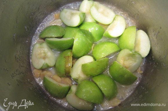 Выложите в кастрюлю засахаренный имбирь вместе с сиропом и яблоки. Перемешайте, доведите до кипения. Уменьшите огонь и варите под крышкой в течение 10-15 минут, периодически помешивая.
