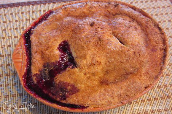 Запекайте пирог в духовке на нижней полке в течение 55-60 минут, предварительно нагретой до 180 градусов.
