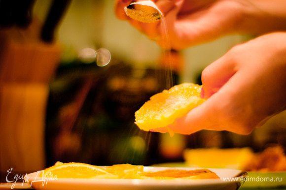 Очистите апельсин, нарежьте кружочками и запанируйте их в сахаре с двух сторон. С лаймом проделайте то же самое.