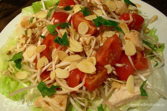 Выкладываем наш салат на тарелки (поливаем заправкой), сверху присыпаем миндальными хлопьями и петрушкой и подаем. Приятного аппетита))