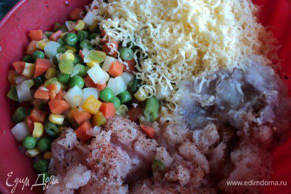 Филе измельчить в мясорубке или блендере вместе с луком. Хорошо смешать фарш с тертым сыром, смесью овощей, специями, желтком.