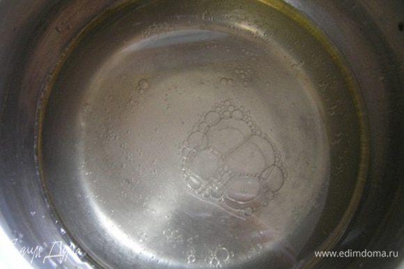Приготовить тесто. Смешать воду с растительным маслом,