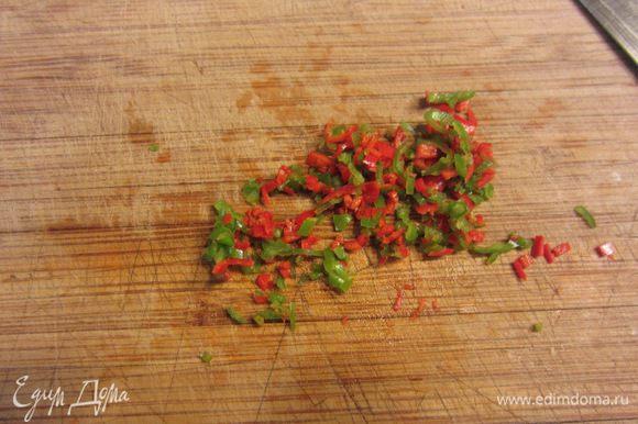 Почистите острый перец от семян и внутренних перегородок. Порежьте его как можно мельче.