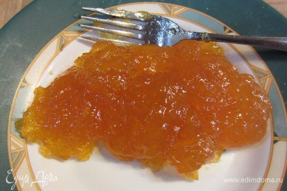 Выложите джем в тарелку. Проверьте, есть ли в нем большие куски абрикосов. Порежьте их, если сочтете нужным. У меня попался перетертый джем.