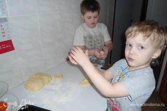 Обмять тесто и можно приступать в лепке булочек.Тут у меня помощники подоспели))Я катала просто колобки,старший сын решил,что будут калачики,я не препятствовала.