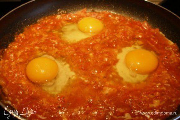 """В каждую """"воронку"""" разбить по яйцу."""